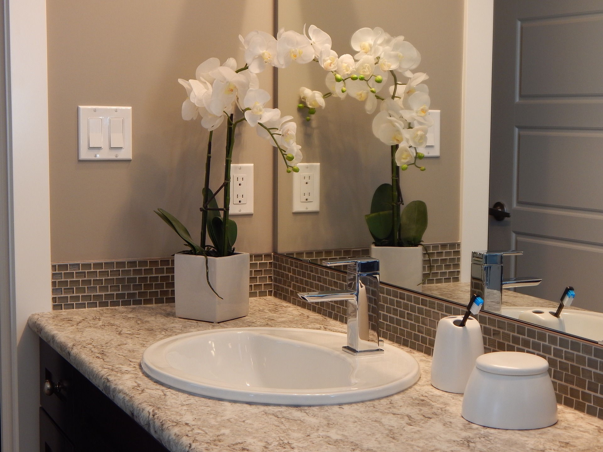 Keep your mirrors sparkling by cleaning with vinegar and water.